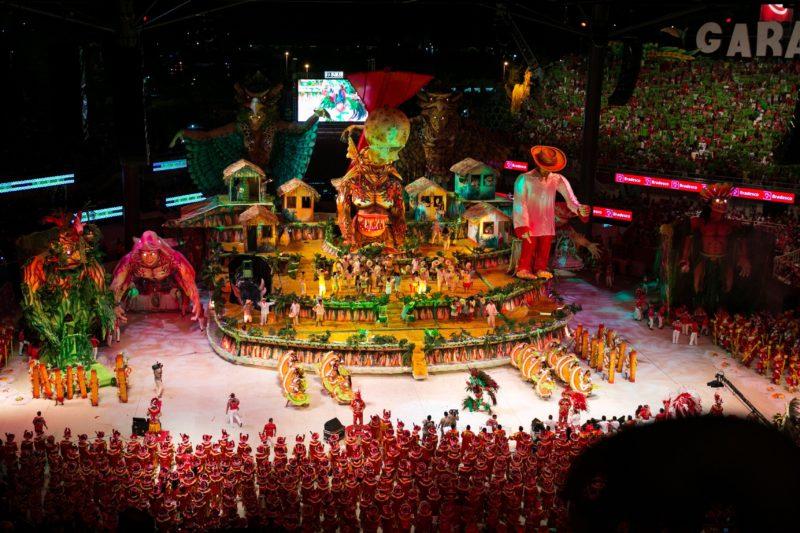 Festival de Parintins AM (Foto: https://festasnobrasil.catracalivre.com.br/as-festas/lendas-amazonicas-no-maior-festival-folclorico-do-pais/)