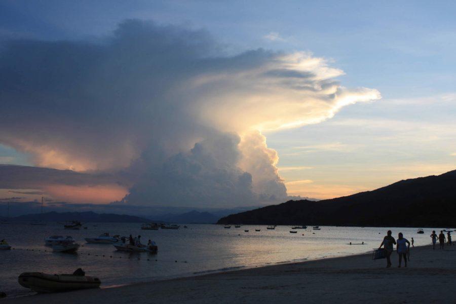 Praias de Bombinhas SC (Foto: https://casadoturista.com.br/guia-completo-das-pousadas-de-bombinhas-parte-12/)