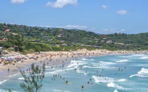 Dicas de Hotéis Garopaba SC (Foto: //www.rosaflat.com.br/praia-do-rosa.php)