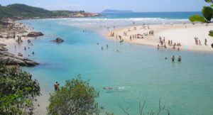 Praias de Palhoça SC (Foto: //amigodeviagem.com.br/as-melhores-praias-de-palhoca-sc/)