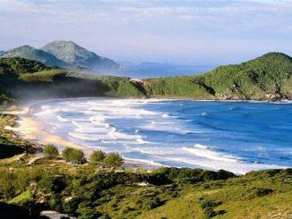 Praia do Rosa (foto http://hospedariaondasdorosa.com.br/)